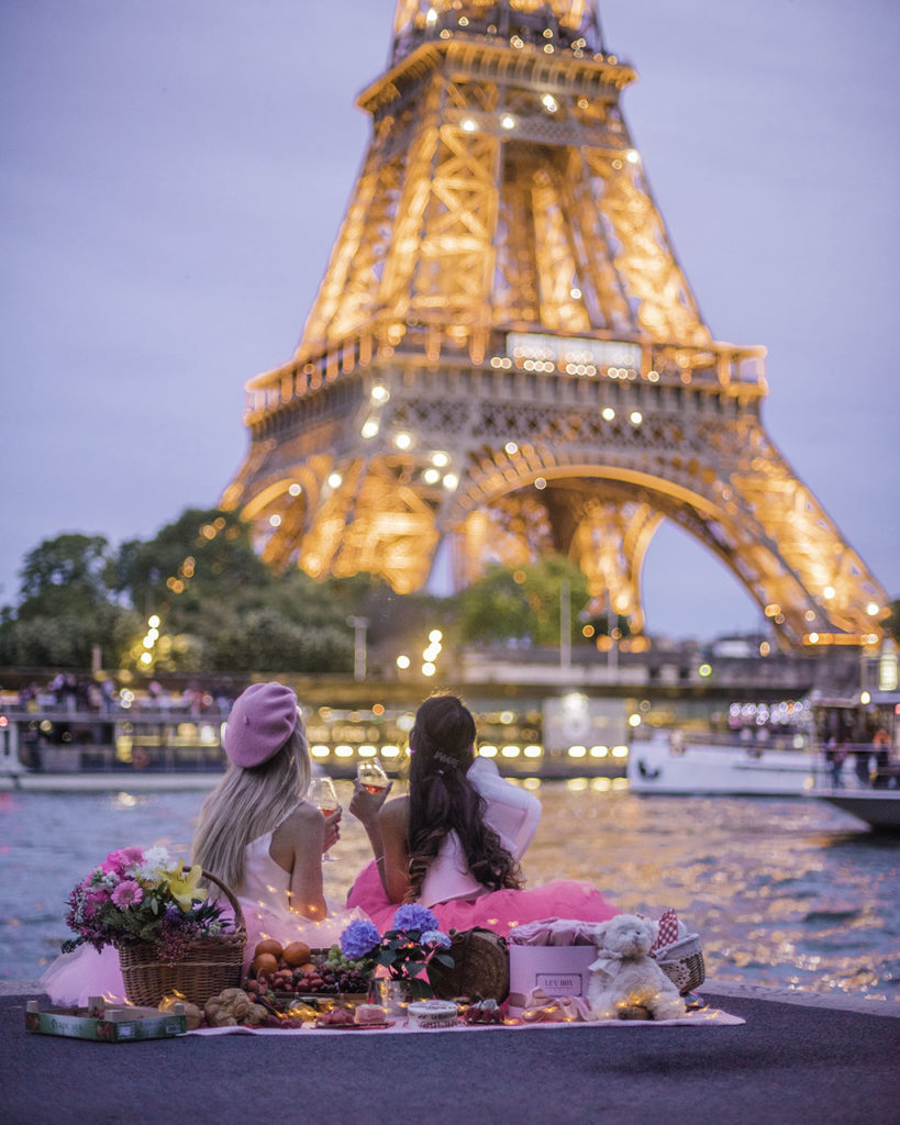 Picnic in Paris with the Eiffel Tower sparkling