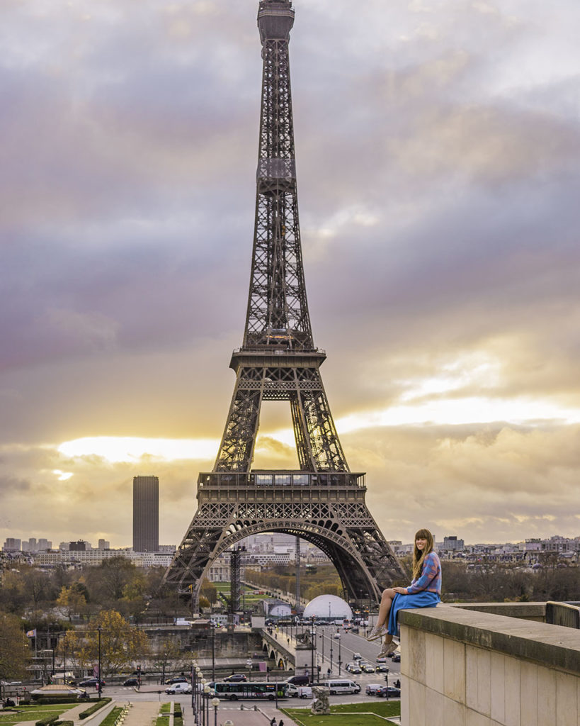 Photoshoot with the Eiffel Tower, ledge in Trocadero - Paris