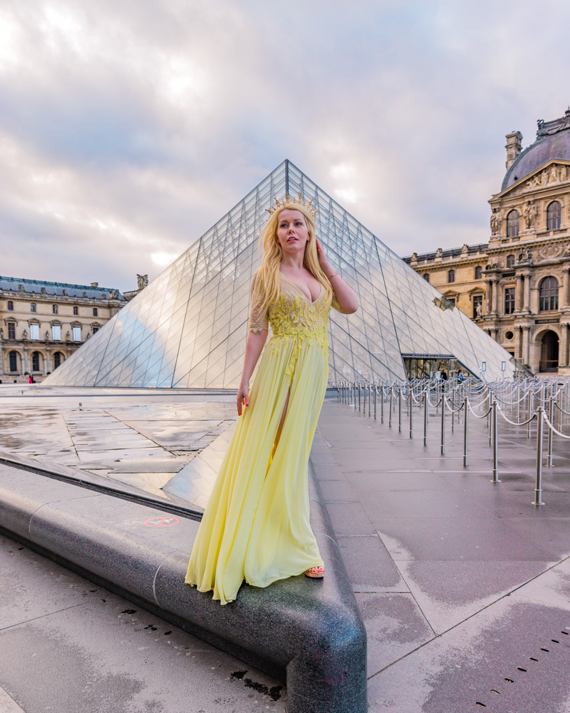 Photoshoot at the Arc de Triomphe du Carrousel, Paris