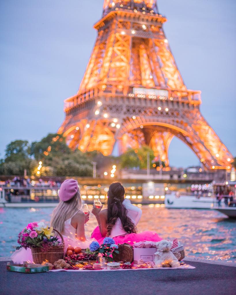 Picnic at the Eiffel Tower at night - Paris